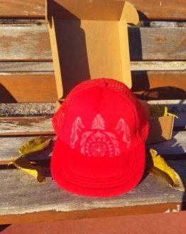 Gorra roja visera plana tortuga maorí HatInk